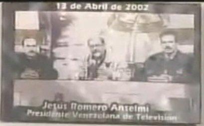 Rompant le silence imposé par les médias putschistes sur la résistance populaire, la reprise de la chaîne 8 (VTV) reste dans les mémoires comme cette image. En régie, invisibles, les techniciens-artisans de ce rallumage furent entre autres Alvaro Caceres, Blanca Eekhout et Angel Palacios...