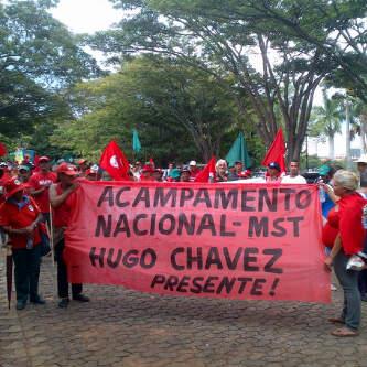 Un millier de militantes paysannes du Mouvement des Sans Terre et du Mouvement Populaire Paysan (MPC) ont installé le campement « Hugo Chavez » à Brasilia pour une durée indéterminée et ont organisé un acte de solidarité avec le peuple vénézuélien à l'Ambassade de la République Bolivarienne. Brasilia, 6 mars 2013.