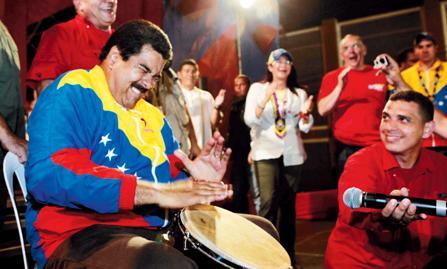 maduro toca tambor