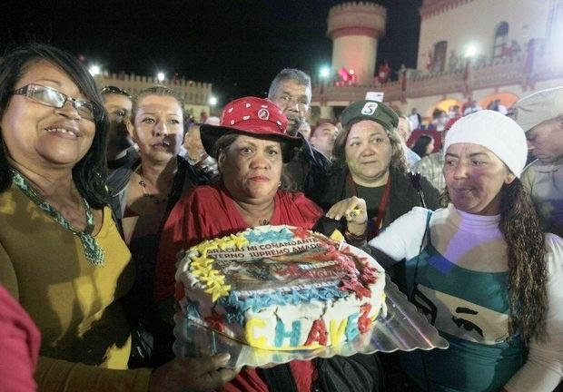 Des habitantes de Caracas ont préparé le gâteau d'anniversaire pour Hugo Chavez.