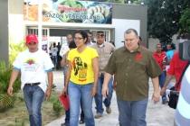 """Le nouveau ministre de la Commune Reinaldo Itturizza (à droite), los d'une journée du """"gouvernement de rue"""", mai 2013."""