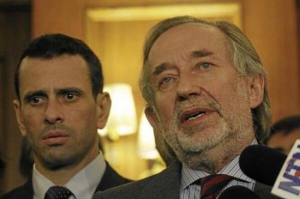 Autre leader de la droite vénézuélienne et actuel gouverneur de l'État de Miranda, Henrique Capriles Radonski (à gauche) réuni avec l'ex-secrétaire de gouvernement de Pinochet (à droite) Jovino Novoa, à Santiago le 19 juillet 2013. Radonski est impliqué lui aussi dans la violence et les assassinats de militants bolivariens le 15 avril 2013 et dans le coup d'État meurtrier contre le président Chavez en avril 2002.