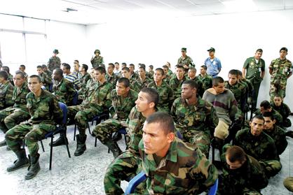 """Une centaine de paramilitaires colombiens arrêtés en mai 2004 dans la la finca Daktari, propiété du cubain Roberto Alonso, non loin de Caracas. Le but de l'opération : """"décapiter Chavez""""."""