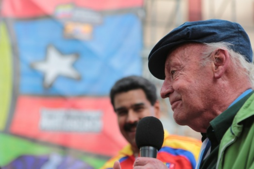 Avec l'écrivain Eduardo Galeano, lors de la marche en mémoire d'Allende, Caracas, 11 septembre 2013.
