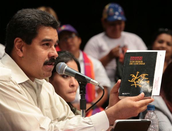"""Présentation du livre d'Eduardo Galeano """"Los hijos de los días"""" par le président Maduro, Caracas, le 10 septembre 2013."""