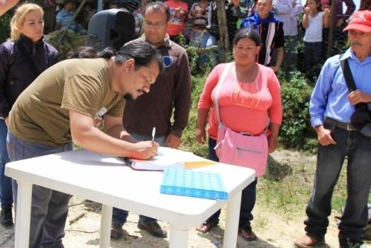 Le communicateur alternatif et directeur régional du Ministère de la Commune Gerardo Rojas signe la légalisation de la Commune Socialiste Sabas Peralta (État de Lara, août 2013)