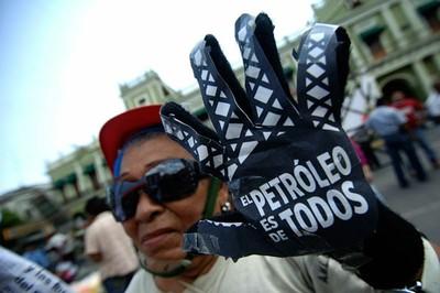 """""""Le pétrole est à nous!"""" Manifestation populaire au Mexique contre la privatisation du pétrole."""