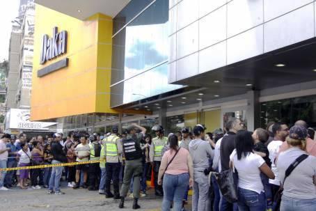 Caracas, 9 novembre 2013. Affluence populaire pour acheter des biens électrodomestiques de la chaîne Daka (Caracas, Punto Fijo, Barquisimeto et Valencia) où le gouvernement vient de ramener les prix à la normale. Deux gérants ont été arrêtés pour avoir multiplié sans justification (de 200 à 600 %) le prix de ces biens importés.