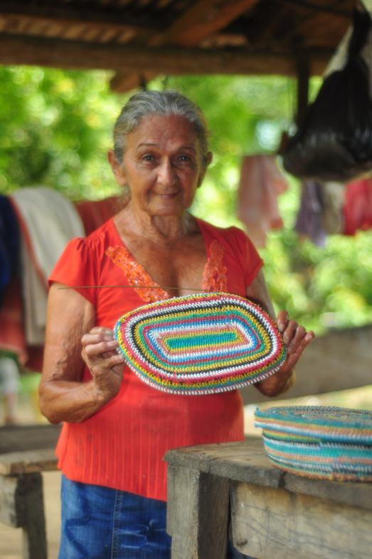 La grand-mère communarde et ses paniers en matériel recyclé.