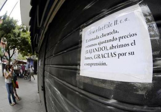 """Un commerce d'électroménager à Caracas : """"Chère clientèle, nous ajustons nos prix (A LA BAISSE) et nous rouvrirons lundi. Merci de votre compréhension."""