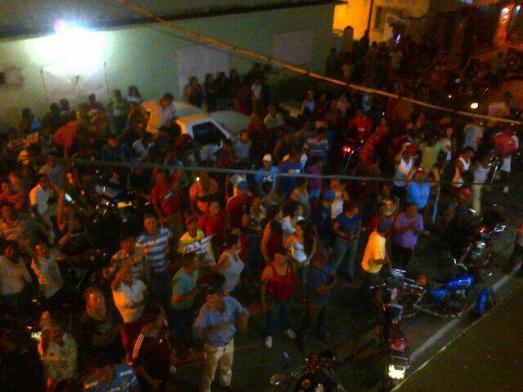 Militants bolivariens attendant les résultats électoraux, quelque part au Vénézuéla, le 8 décembre 2013.