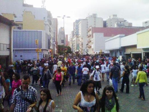 Caracas, décembre 2013 : les citadin(e)s envahissent peu à peu les rues pour les achats de Noêl.