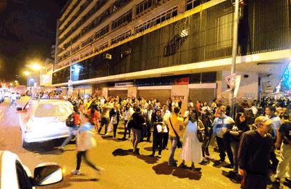 """Caracas, 4 décembre. Un sabotage électrique prive une grande partie du pays de courant. Gestes de solidarité, taxis collectifs improvisés pour pallier la brève paralysie du métro, humour, nouvelles amitiés à la clef. """"Bien sûr que c'est un sabotage"""", s'exclame une passante souriante, """"nous répondrons ce dimanche dans les urnes""""."""