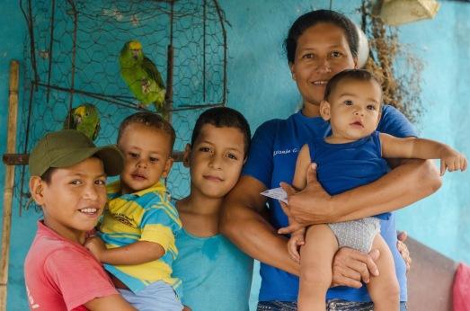 Familia de la Comunidad de Puerto Las Animas de la comuna Luisa Cáseres de Arismendi