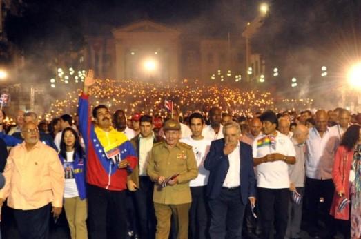 """Hommage à José Marti, penseur de """"l'équilibre du monde"""" et de la souveraineté latino-américaine, 27 janvier 2014. Marche aux flambeaux du peuple de La Havane accompagné de plusieurs présidents latino-américains. Photo : Marcelino VAZQUEZ HERNANDEZ."""
