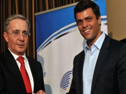Les leaders de la droite vénézuélienne : Leopoldo Lopez et son principal soutien (politique et financier) régional : l'ex-président colombien Alvaro Uribe, impliqué dans le paramilitarisme et dans des crimes contre l'humanité. Bogota, décembre 2011.