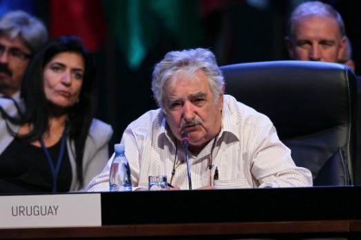 """""""Pendant longtemps nous nous sommes déguisés en gentlemen anglais, en singes à cravates"""" dit le président uruguayen Mujica, critiquant la copie imposée des costumes ocidentaux et de la pensée de marché. Photo: Ismael Francisco/ Cubadebate"""