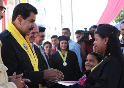 """Nicolas Maduro, le 10 mars, lors de la remise de diplômes à 2500 nouveaux médecins intégraux communautaires. Actuellement on compte 20 mille 538 étudiant(e)s de cette carrière dans six universités nationales. Le président a annoncé la récupération de 24 hôpitaux publics et un budget de 1492 millions de bolivars pour la construction et la réparation de centres de santé de la mission """"Barrio Adentro""""."""