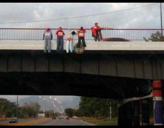 """A Valencia, dans le centre du pays, des étudiants de droite """"pendent"""" des effigies de militants bolivariens, dans le plus pur style de la terreur du paramilitarisme colombien ou des cartels de la drogue mexicains."""