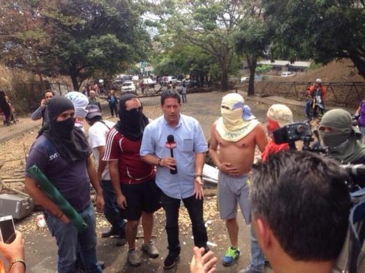 """""""Vous m'entendez Fernando ?"""" En direct du Vénézuela avec les """"jeunes étudiants contestataires"""" : Fernando Rincon de CNN."""