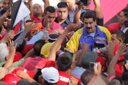 Le 9 mars à Caracas, Maduro rencontre des mouvements communaux venus de tout le pays et annonce l'octroi de 2400 millions de bolivars pour qu'ils puissent réaliser leurs projets socio-productifs ou de construction de logements.