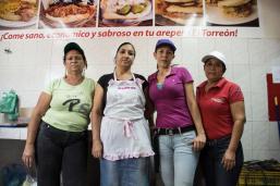 las-mujeres-que-venden-arepa-en-la-comuna-carlos-escarrá