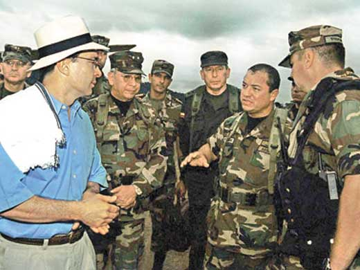 L'ex-président Uribe Alvaro Uribe, un des principaux soutiens financiers et paramilitaires, avec les États-Unis, de l'insurrection de l'extrême-droite au Venezuela.