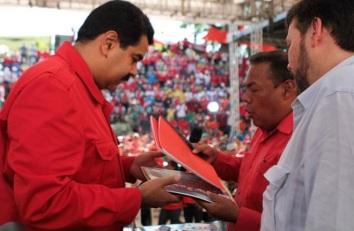 Nicolas Maduro le 24 mai 2014, lors d'une rencontre nationale avec les travailleurs du secteur public et les syndicats qui lui ont remis le projet de contrat collectif 2014-2016. Ce projet sera approuvé dans les 60 jours, a promis le président, qui a par ailleurs approuvé la nouvelle échelle d'augmentation du salaire pour l'administration publique, annoncé le renforcement de la Caisse d'Épargne et la création d'une Banque des Travailleurs où seront déposées toutes les prestations sociales qui leurs sont dues, et relancé la Mission Mercal Obrero qui prolonge le système de distribution des aliments à bas prix en installant ces magasins à proximité des lieux de travail.