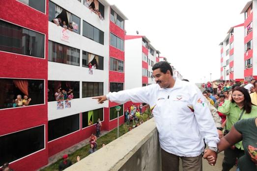 Logements du projet La Ladera remis en 2013 à 600 familles de Los Teques, en présence du président Maduro.