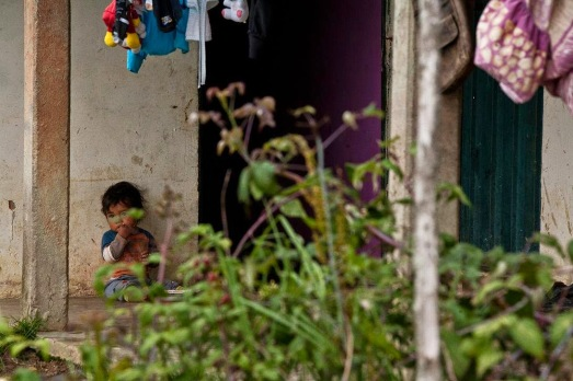 Niño en portal (Macho Capaz)
