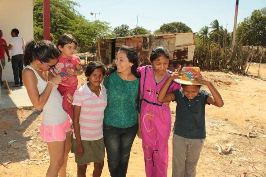 La journaliste Sonia Contreras (au centre)