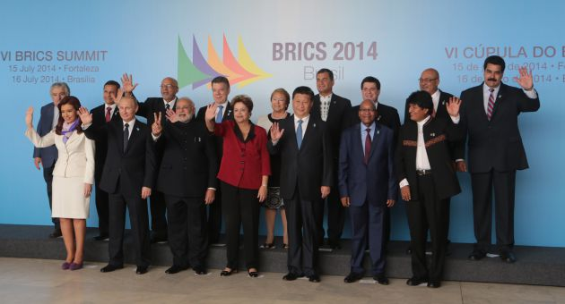 ¨L'axe du mal¨pour les grands médias occidentaux tend à s'étoffer puisqu'il représente à présent près de la moitié de la population mondiale. De Cristina Fernandez à Evo Morales (premier rang) et de José ¨Pepe¨Mujica à Nicolas Maduro (second rang), l'Amérique Latine a rencontré les BRICS * à Fortaleza, du 14 au 16 juillet 2014. * (Brésil, Russie, Inde, Chine et  Afrique du Sud).