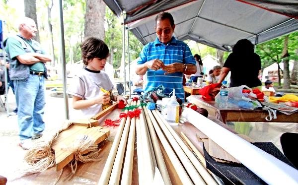 Artisans vénézuéliens fabriquant des jouets pour les orphelins palestiniens bientôt accueillis au Venezuela.