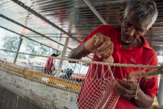 pescador-fabricando-la-atarraya