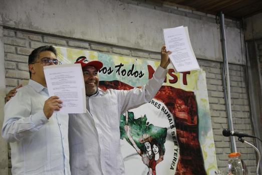 Elías Jaua et Alexandre Conceiçao, membre de la Direction Nationale du Mouvement des Travaileurs ruraux Sans Terre.
