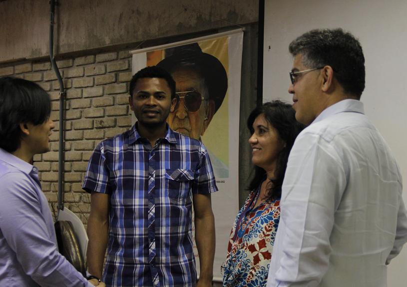 Elías Jaua (à droite)- ministre des communes et des mouvements sociaux et vice-Président pour le développement du socialisme territorial - et Erivan Hilario dos Santos (de face), Directeur de l'École Nationale de Formation Florestan Fernandes.