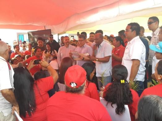 Elías Jaua, vice-président du socialisme territorial et auteur de cet article, le 22 janvier (au centre), lors d'une remise de logements aux secteurs populaires de l'État Anzoategui.