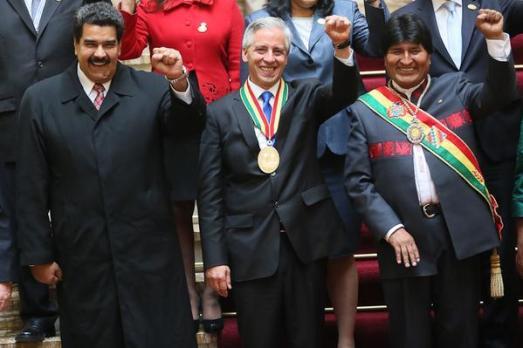 """Nicolas Maduro le 22 janvier à  la cérémonie d'investiture d'Evo Morales, réélu à la présidence de Bolivie. Les deux pays ont convenu d'accélérer leur coopération bilatérale. Morales a déclaré à cette occasion : """"celui qui attaque politiquement et économiquement le Venezuela n'est autre que l'empire états-unien"""" (4)"""
