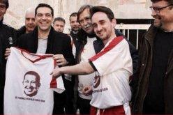 Lider-de-Syrisa-sujeta-camisa-con-el-rostro-de-Hugo-Chavez