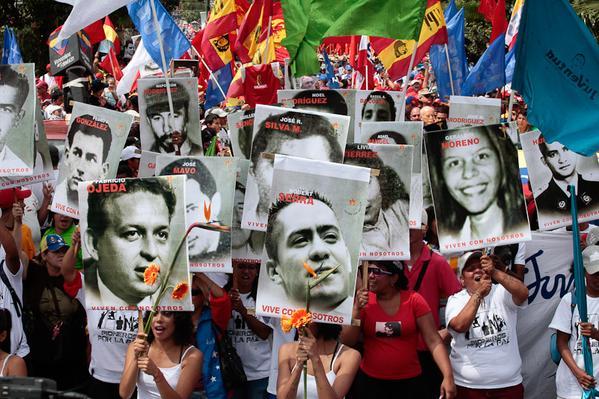 """23 janvier, Caracas. Familles des victimes des violences de la droite (notamment étudiante) et de ses alliés paramilitaires en 2014. Cette enième tentative de déstabilisation contre le gouvernement bolivarien avait été présentée par les médias occidentaux comme... """"une révolte populaire"""" !"""