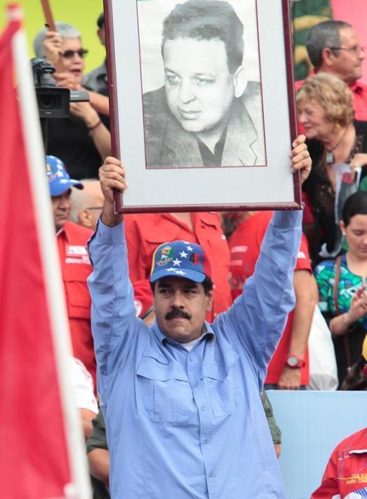 Nicolas Maduro lors de la manifestation populaire du 23 janvier 2015 brandit la photo de Fabricio Ojeda, député et guérillero de gauche assassiné sous un régime antérieur à la révolution.