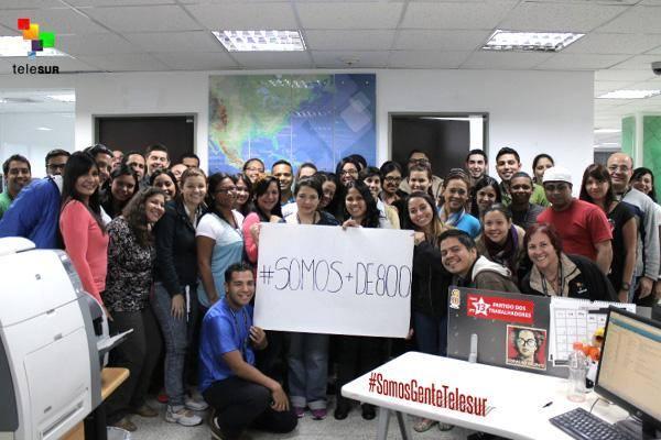 """""""Je suis Telesur"""". Parmi les révélations sur le coup d'Etat déjoué le 12 février, on a appris que des militaires comptaient bombarder cette chaîne de télévision publique et latino-américaine basée à Caracas. Journalistes et employés (photo) ont reçu des messages de solidarité des mouvements sociaux de tout le continent"""