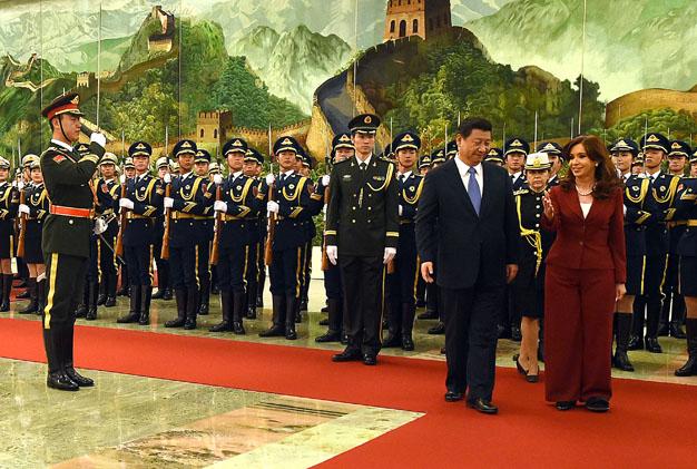 """Dans la foulée du rapprochement CELAC-Chine, la présidente argetine Cristina Fernandez de Kirchner a déclaré le 4 février depuis Beijing : """"le monde unipolaire a pris fin; nous entrons dans une ère nouvelle de multipolarité dans laquelle les nations émergentes jouent un rôle de plus en plus prépondérant dans les desseins de l'humanité et dans la construction d'un monde plus juste et plus équitatif""""."""