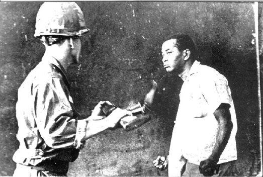 Photo prise par Juan Pérez Terrero lors de l'invasion de la République Dominicaine par 42.000 marines en 1965. L'étudiant Jacobo Ricón résiste au soldat états-unien qui lui ordonne de ramasser des ordures.