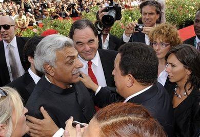 """Tariq Ali, l'écrivain et historien pakistanais/britannique, coscénarsite du documetaire """"South of the border"""", le réalisateur Oliver Stone et le président Hugo Chavez arrivant  au Festival de la Mostra de Venise, le 7 septembre 2009."""