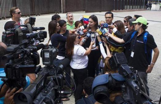 """Scène de la vie quotidienne sous la dictature bolivarienne : la dirigeante d'extrême droite Maria Corina Machado, impliquée dans plusieurs tentatives de coup d'État depuis 2002, explique aux médias """"baillonnés"""" qu'il n'y a pas de liberté au Venezuela et que plutôt que d'attendre des élections, il faut relancer les confrontations """"non-dialogantes"""" (sic) pour forcer le président élu à partir."""