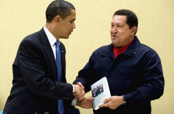 """Sommet de Trinidad et Tobago (2009). Le président Chavez offre au président Obama """"Les Veines ouvertes de l'Amérique Latine"""" de l'uruguayen Eduardo Galeano (1971), récit implacable du pillage des ressources de l'Amérique latine depuis le début de la colonisation européenne des Amériques jusqu'à l'époque contemporaine. On ignore si l'occupant du Bureau Ovale l'a lu."""