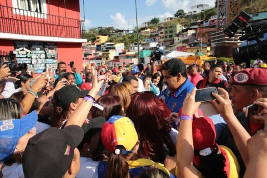 """Nicolas Maduro inspectant les chantiers de rénovation urbaine intégrale """"Barrio nuevo, barrio tricolor""""  dans le quartier populaire 23 de Enero, á Caracas, le 25 avril 2015. L'État a investi 6.102 millions de dollars pour relancer ce programme dans l'ensemble du pays."""
