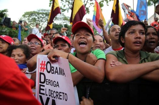 pueblo en Caracas para apoyar la entrega de 10 millones de firmas contra el decreto Obama
