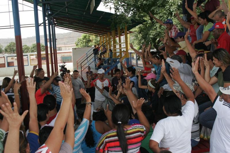 Une assemblée de militants du Parti Socialiste Unifié (PSUV) choisit les candidats aux primaires de juin 2015.